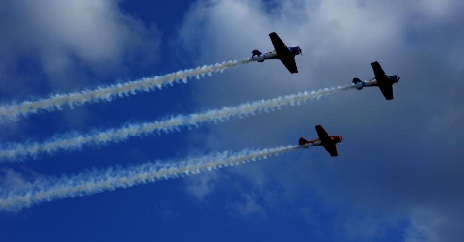 Apresentação da Esquadrilha da Fumaça durante a 15ª Expo Aero Brasil, feira internacional de aeronáutica realizada em São José dos Campos (SP), neste domingo (27)