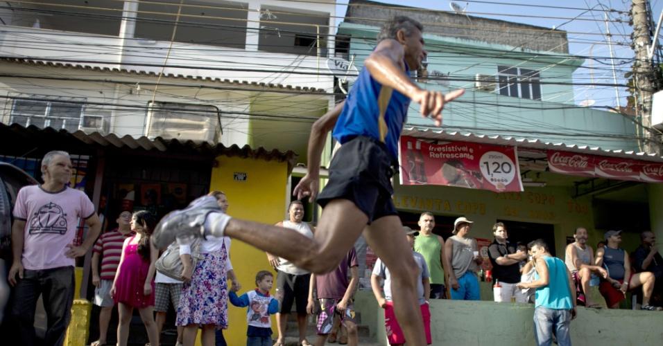 Atleta passa por rua do Morro do Alemão, no Rio de Janeiro, durante a ?Corrida pela Paz?, promovida para comemorar o segundo aniversário da pacificação do bairro pela polícia