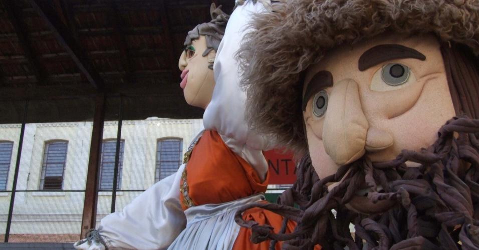Bonecos gigantes circulam entre os presentes na Festa do Imigrante, que reúne no bairro da Mooca, em São Paulo manifestações culturais de diversas partes do mundo