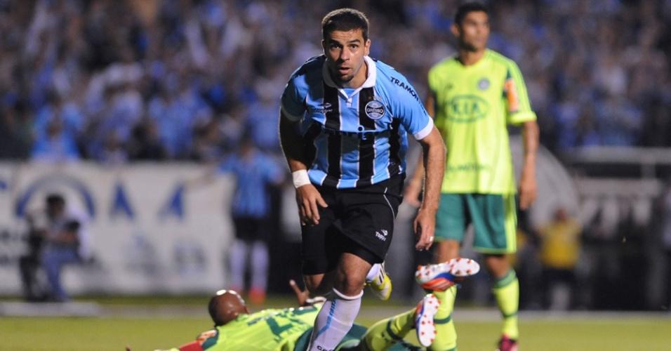 Centroavante André Lima comemora gol do Grêmio contra o Palmeiras em partida no estádio Olímpico pelo Brasileiro (27/05/2012)