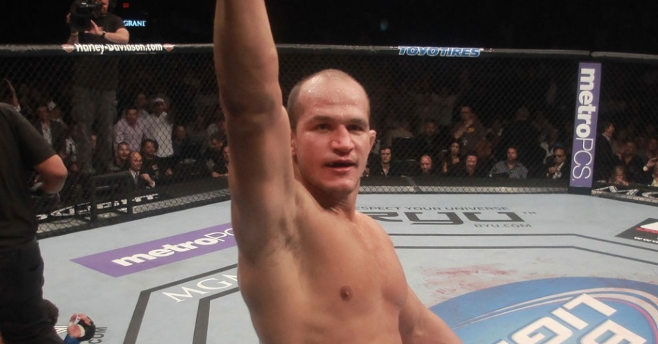Cigano comemora vitria contra Frank Mir e a defesa do cinturo dos pesados
