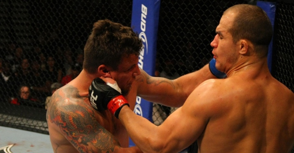 Cigano (dir) acerta o rosto do Frank Mir no UFC 146