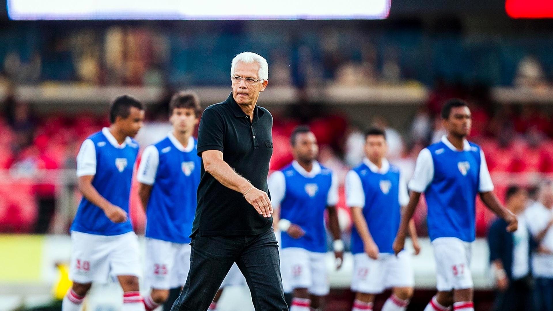 Émerson Leão, técnico do São Paulo, retorna para o gramado no intervalo do duelo contra o Bahia