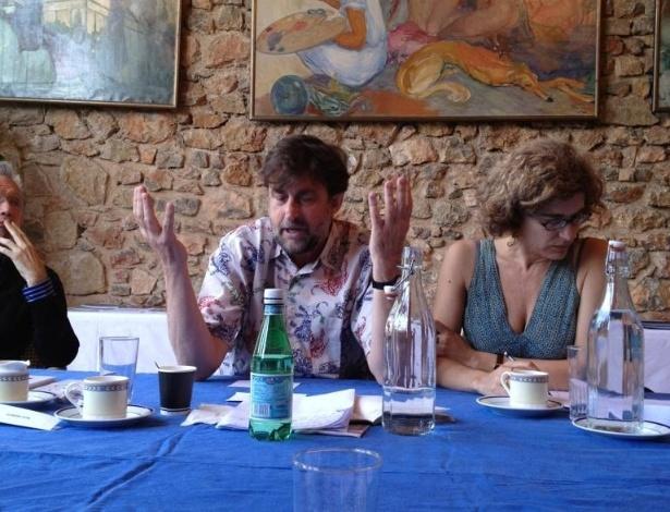 """Gilles Jacob, presidente de honra do Festival de Cannes tuita uma foto da reunião dos jurados da mostra competitiva: """"Habemus Palmam? O presidente [do júri] Nanni [Moretti] em plena discussão..."""""""