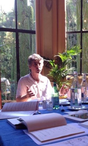 """Gilles Jacob, presidente de honra do Festival de Cannes tuita uma foto da reunião dos jurados da mostra competitiva: """"Mas Alexander Payne tem algo a dizer... À direita, Emmanuelle Devos"""""""