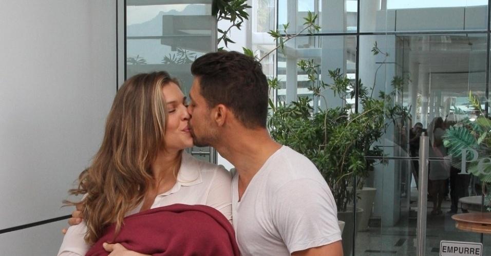 Grazi e Cauã se beijam ao deixar a maternidade Perinatal, onde a atriz deu a luz a primeira filha do casal