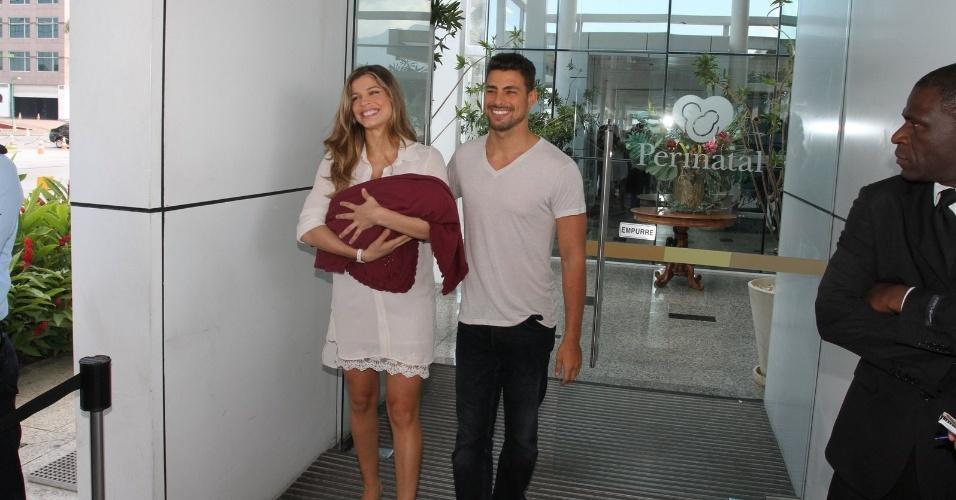 Grazi Massafera têm alta e deixa a maternidade com a filha Sofia e Cauã Reymond no Rio (27/5/12)