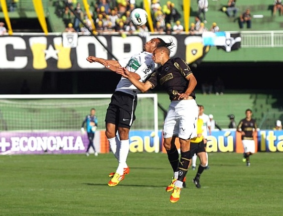 Lance do jogo entre Coritiba e Botafogo, no Couto Pereira, pelo Brasileiro (27/05/2012)