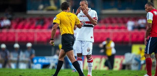 L. Fabiano reclama com árbitro após levar cartão amarelo no duelo contra o Bahia