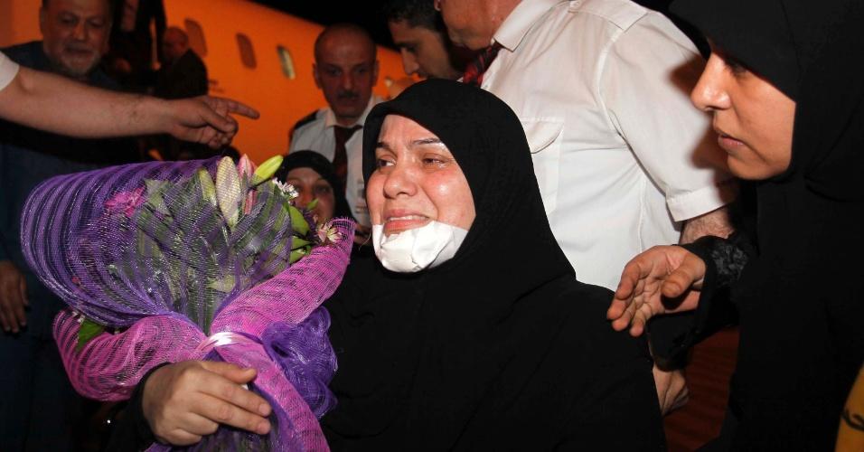 Mulher libanesa ferida no Iraque chega ao aeroporto de Beirute neste domingo (27). Uma explosão perto de um ônibus de peregrinos na cidade iraquiana de Ramadi na última quarta-feira (23) deixou pelo menos três libaneses mortos e sete feridos, segundo a polícia