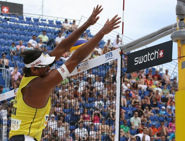http://imguol.com/2012/05/27/o-brasileiro-ricardo-sobe-para-bloquear-durante-circuito-mundial-do-volei-de-praia-na-polonia-1338137333455_615x470.jpg
