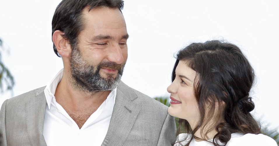 """O casal de atores Gilles Lellouche e Audrey Tautou posam os fotógrafos antes da exibição do filme """"Thérèse Desqueyroux"""" no Festival de Cannes, na França (27/2/12)"""