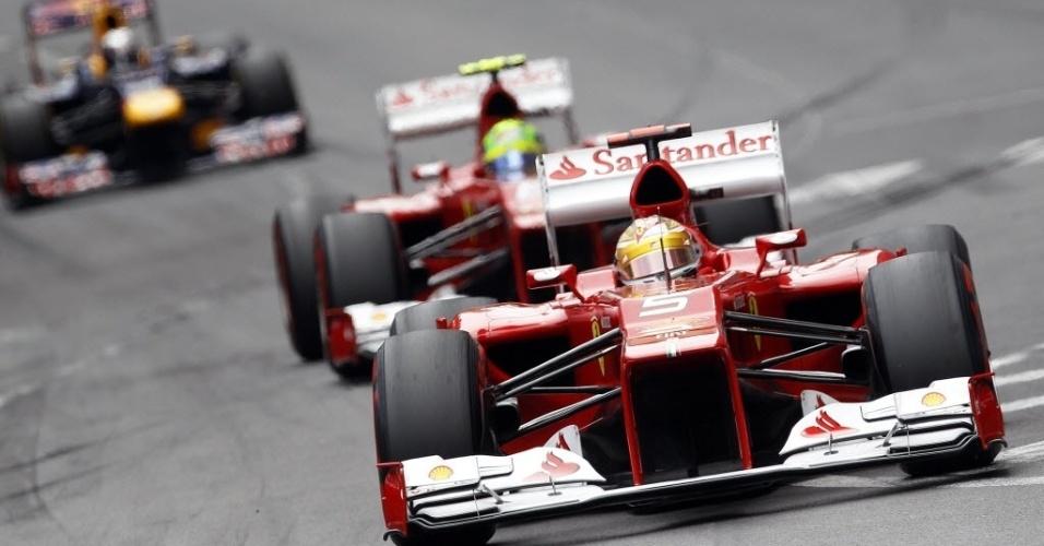 Os pilotos da Ferrari, Fernando Alonso e Felipe Massa, aceleram no circuito de rua de Monte Carlo. Alonso terminou em terceiro e Massa em sexto