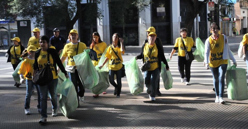 Paulistanos saem às ruas no mutirão da Campanha Limpa Brasil, que pretende conscientizar a população sobre a destinação correta do lixo. A abertura da campanha ocorreu hoje (27) no Vale do Anhangabaú, em São Paulo