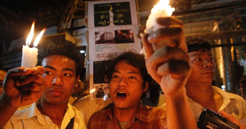 Pessoas acendem velas em protesto contra a falta de energia elétrica em Yangon, Mianmar