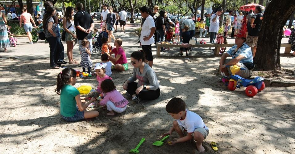 Praças de Belo Horizonte ficam lotadas neste domingo (27), em que se comemora o Dia Internacional da Brincadeira