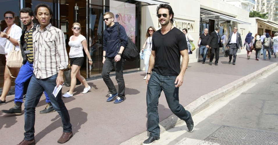 Rodrigo Santoro passeia pela Croisette, principal via de Cannes, onde acontece o Festival de Cinema (27/05/2012)