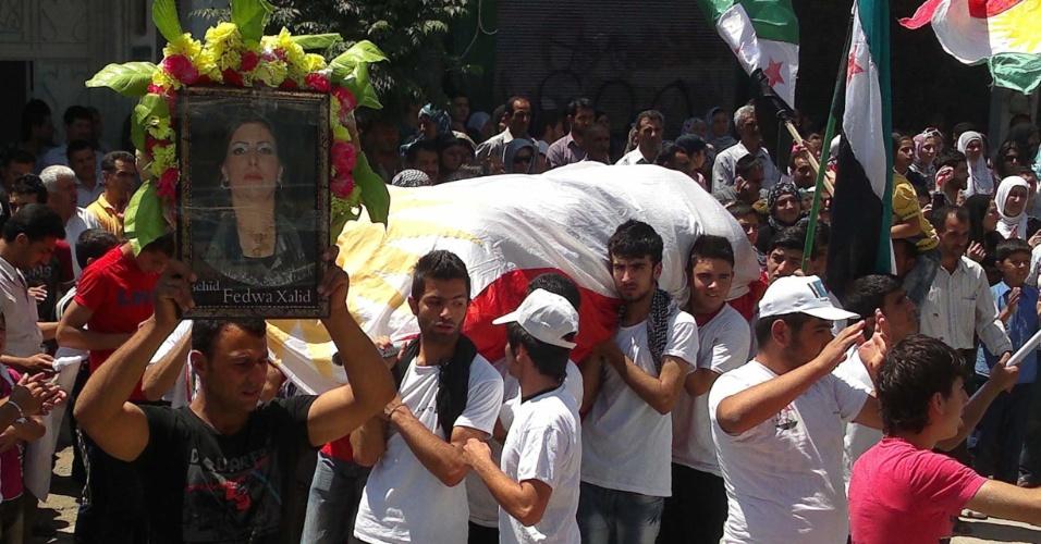 Sírios carregam o caixão de mulher morta durante confronto em Qamishli, no extremo norte do país. Um violento embate entre manifestantes e o governo da Síria em Houla na última sexta-feira (25) deixou pelo menos 90 pessoas mortas e motivou uma reunião do Conselho de Segurança da ONU neste domingo (27)