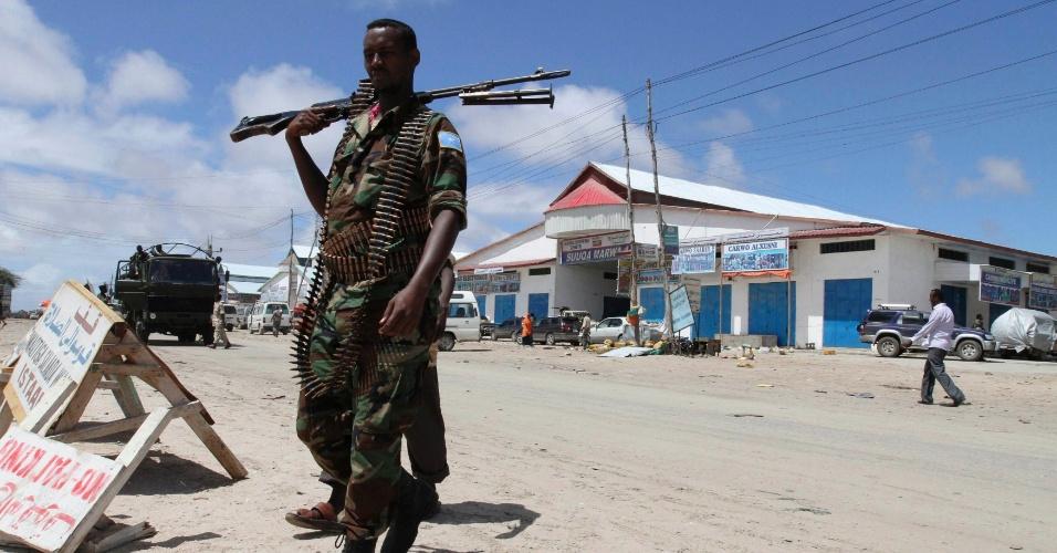 Soldado Somali faz a guarda na cidade de Lafole, próximo à capital, Mogadício. Militantes recrutados pela Al Qaeda se concentram na região para realizar ataques à capital