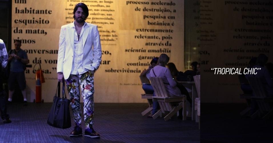 Thomaz Azulay, 25, é diretor criativo da Blue Man. Ele usa camisa H&M, blazer Paul Smith, calça Zara, sapato Prada e bolsa Givenchy (26/05/2012)