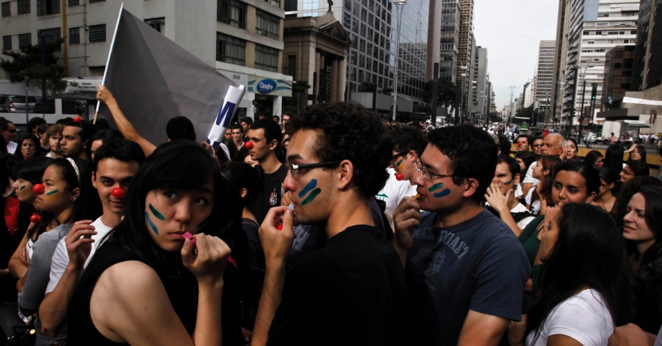 28.mai.2012 - Em S&#227;o Paulo, estudantes e professores da Unifesp (Universidade Federal de S&#227;o Paulo) fizeram um protesto embaixo do Masp (Museu de Arte de S&#227;o Paulo), na avenida Paulista, a qual tamb&#233;m percorreram. Os docentes da universidade acompanham o movimento nacional e tamb&#233;m est&#227;o em greve