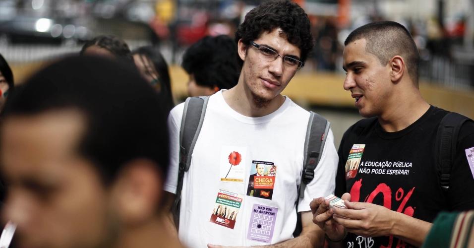 28.mai.2012 - Em São Paulo, estudantes e professores da Unifesp (Universidade Federal de São Paulo) fizeram um protesto embaixo do Masp (Museu de Arte de São Paulo), na avenida Paulista, a qual também percorreram. Os docentes da universidade acompanham o movimento nacional e também estão em greve