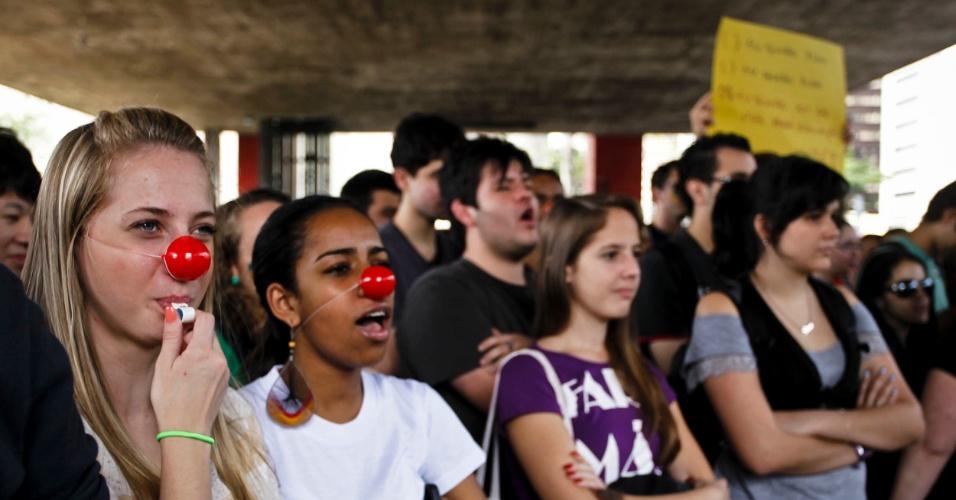 28.mai.2012 - Em São Paulo, estudantes e professores da Unifesp (Universidade Federal de São Paulo) fizeram um protesto embaixo do Masp (Museu de Arte de São Paulo), na avenida Paulista. Os docentes da universidade acompanham o movimento nacional e também estão em greve