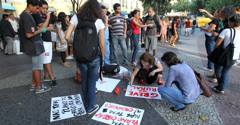 28.mai.2012 - No Rio de Janeiro, professores das federais que ficam no Estado fizeram uma manifesta&#231;&#227;o na Pra&#231;a 15, no centro da capital fluminense. Eles distribu&#237;ram panfletos para explicar o porqu&#234; do movimento nacional de greve