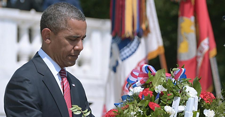 28.mai.2012 - Presidente norte-americano, Barack Obama, coloca uma coroa de flores no túmulo de um soldado desconhecido, no cemitério militar de Arlington, na Virgínia (EUA), durante a tradicional cerimonia do Dia da Memória