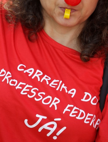 28.mai.2012 - Professores universitários em greve fizeram nesta segunda-feira um protesto em frente ao Ministério do Planejamento, em Brasília. Eles pedem reajuste salarial e a criação de um plano de carreira para a categoria. Uma reunião de negociação entre governo e docentes, marcada para hoje no ministério, foi adiada
