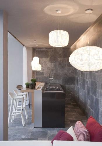 A arquiteta Carla Dichy projetou o Bar da Piscina da Casa de Campo, na edição 2012 da Casa Cor SP.  Sob uma paleta de tons neutros, o ambiente têm peças de madeira assinadas por Mônica Cintra e luminárias da série Coral, criadas por Arturo Alvarez para a Dominici