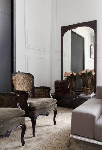 A arquiteta Flávia Gerab Tayar criou para a Casa Cor SP 2012 a Sala Íntima, que homenageia Constanza Pascolato.  Ao se pretender pessoal e alinhado ao estilo da consultora de moda, o ambiente é clássico. Os destaques do mobiliário são o par de poltronas Luís 15 e o espelho francês, ambos datados do século 19
