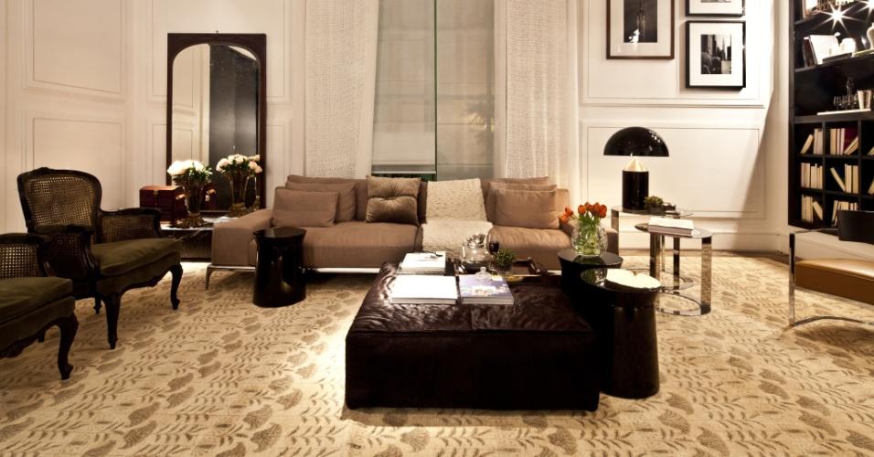A arquiteta Flávia Gerab Tayar criou para a Casa Cor SP 2012 a Sala Íntima, que homenageia Constanza Pascolato.  Ao se pretender pessoal e alinhado ao estilo da consultora de moda, o ambiente é clássico. Os destaques do mobiliár