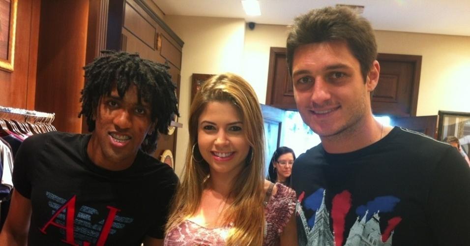 A ex-BBB Cacau tietou os jogadores do São Paulo, Denis e Cortes (28/5/12)
