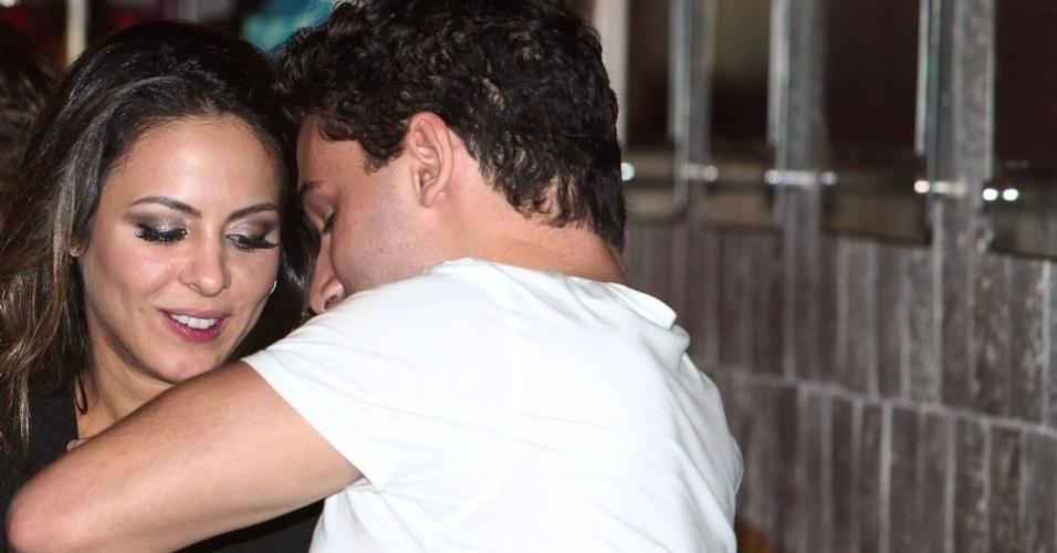 Alinne Rosa ajuda o namorado, Rafael Almeida, limpar a camiseta durante jantar em São Paulo (27/5/12)