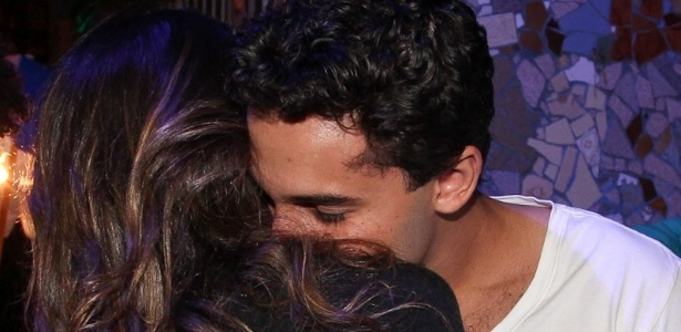 Alinne Rosa e Rafael Almeida se beijam em festa (27/5/12) 