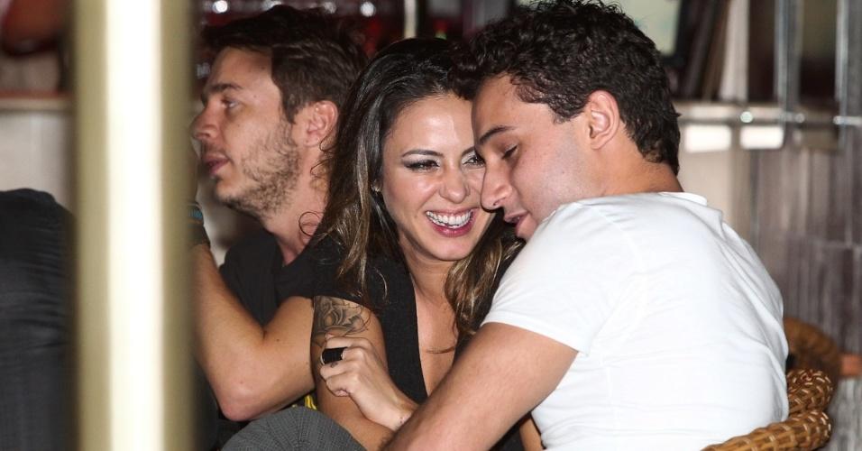 Alinne Rosa se diverte ao lado do namorado, Rafael Almeida, e de amigos durante jantar em São Paulo (27/5/12)