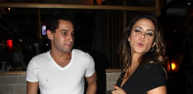 Ao lado de Rafael Almeida, Alinne Rosa manda beijo para paparazzo (27/5/12)