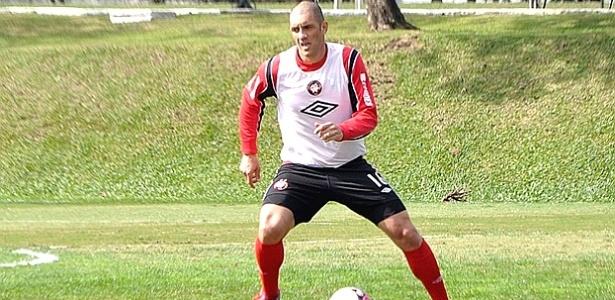 Atacante Fernandão, do Atlético-PR, em treinamento no CT do Caju