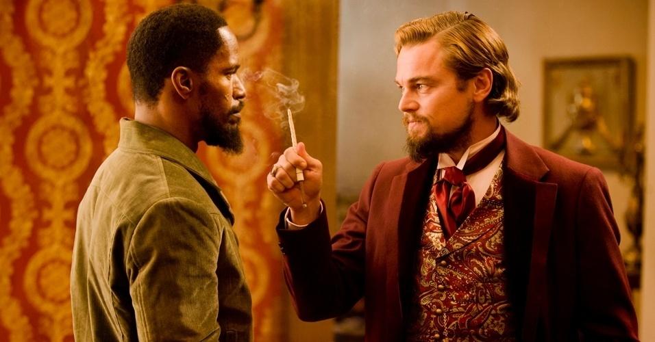 """Em """"Django Livre"""", de Quentin Tarantino, Leonardo DiCaprio aparece como o fazendeiro Calvin Candie, com seu cabelo oleoso e maneiras escorregadias, fumando em uma piteira e olhando para o escravo Django (Jamie Foxx)"""