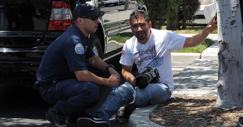 Fotógrafo recebe ajuda de policial após se envolver em confusão com Justin Bieber (27/5/12)