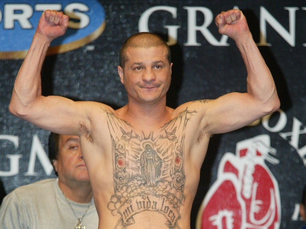 Johnny Tapia em pesagem para uma luta em 2002; pugilista campeo mundial foi encontrado morto em sua casa no dia 28/05/2012
