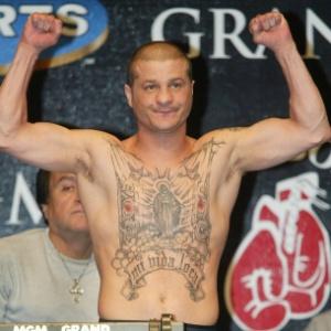 Johnny Tapia em pesagem para uma luta em 2002; pugilista foi encontrado morto em sua casa