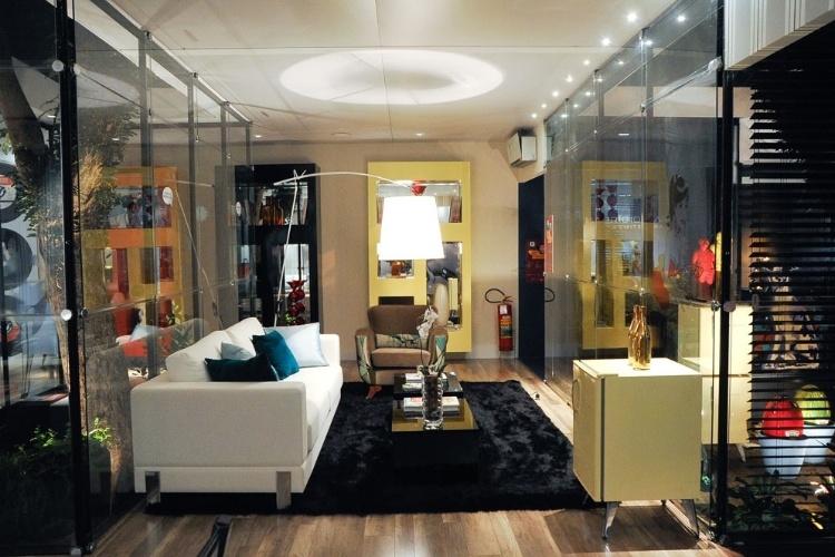 """Jóia Bergamo criou o Lounge Retrô que faz um mix entre peças modernas e vintage. Entre os destaques - além de painéis com pin ups bem-humoradas - eletrodomésticos """"antiguinhos"""" da Brastemp, como o fogão e as mini-geladeiras"""