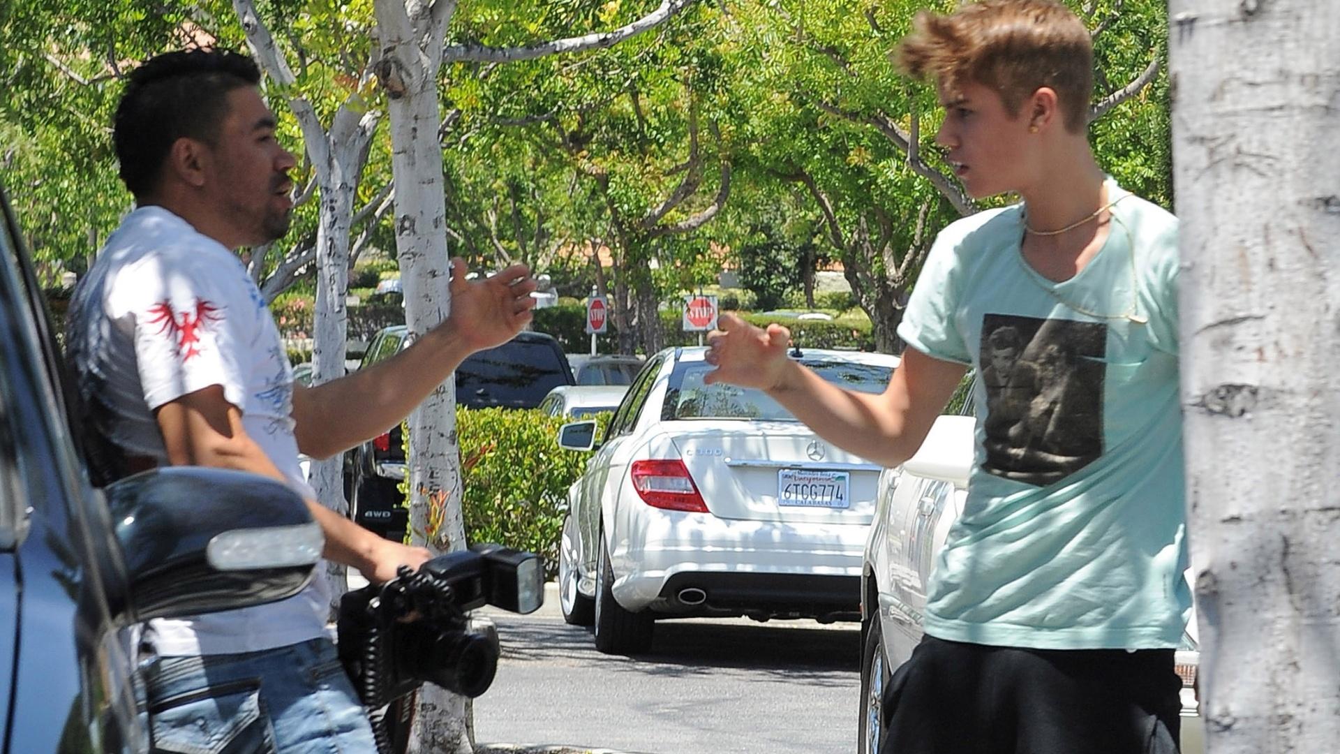 Justin Bieber discute com paparazzo em Los Angeles. Cantor pode ser interrogado por suposta agressão ao fotógrafo (27/5/12)
