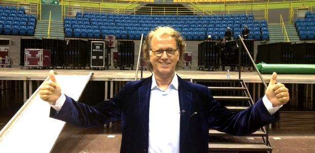 O maestro holandês André Rieu posa em frente ao Ginásio do Ibirapuera (25/5/2012)