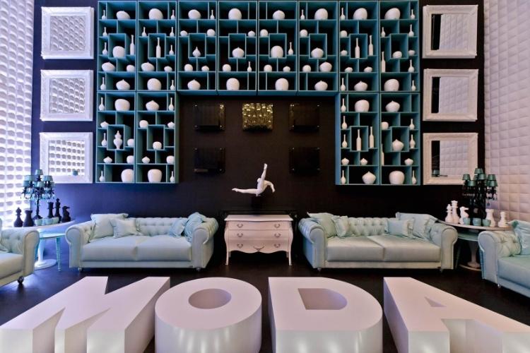 Os 126,35 m² da Bilheteria & Concierge, da 26ª Casa Cor SP, foram criados pela designer de interiores Patrícia Hagobian. Inspirado na moda - um dos pilares da mostra neste ano - o ambiente conta com uma passarela demarcada com pastilhas em azul tiffany.  Uma pantera negra, assinada pelo designer Leopoldo Martins, atrai o olhar de quem chega, ao passo que a cômoda bombê alinha-se às rendas usadas no mobiliário