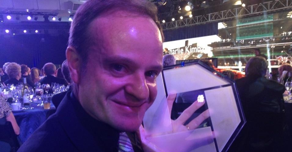 Rubens Barrichello exibe o prêmio de melhor estreante das 500 milhas