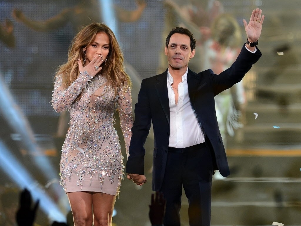 Separados desde julho de 2011, Jennifer Lopez e o ex-marido, Marc Anthony, posam de mos dadas durante a final do reality show  