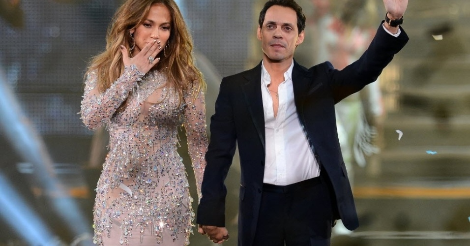 """Separados desde julho de 2011, Jennifer Lopez e o ex-marido, Marc Anthony, posam de mãos dadas durante a final do reality show  """"Q'Viva!"""" (26/5/12)"""
